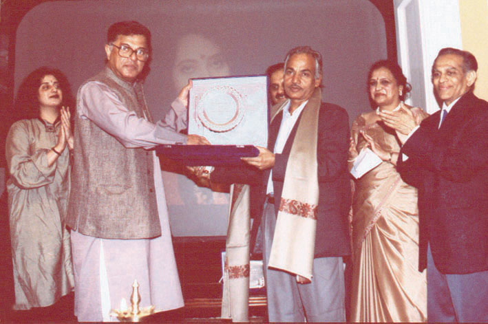 Sanjiv recieves the International Indu Sharma Katha Sammaan from Mr. Girnish Karnad
