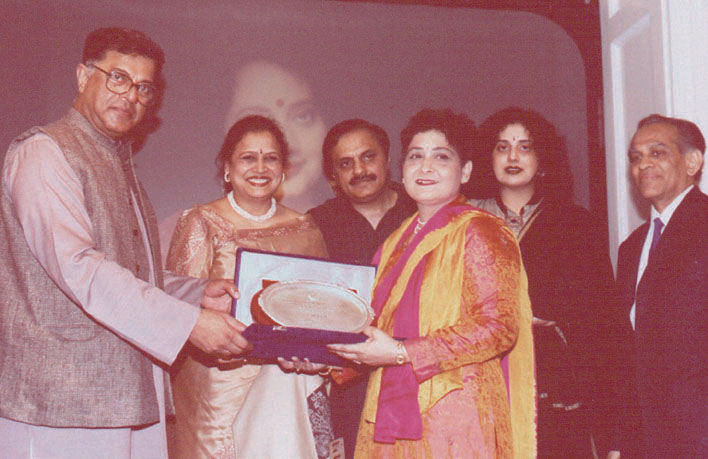 Divya Mathur recieves the Padmanand Sahitya Sammaan 2001 for Aakrosh. On the stage are Naina Sharma, Tejendra Sharma, Deepti, and Ramesh Patel.
