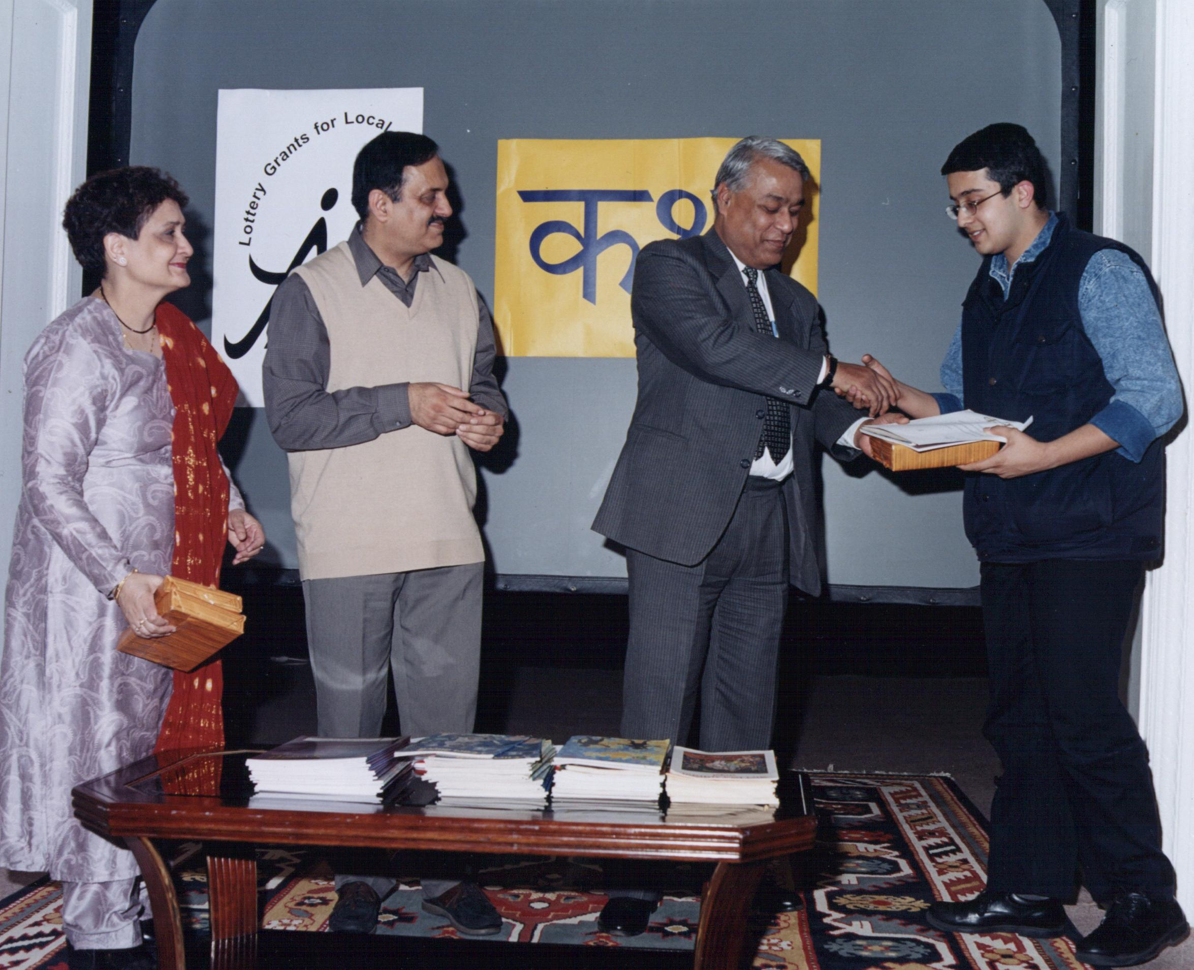 "Mayank Sharma recieves the third prize for his story ""Aur phir ek shaam"""